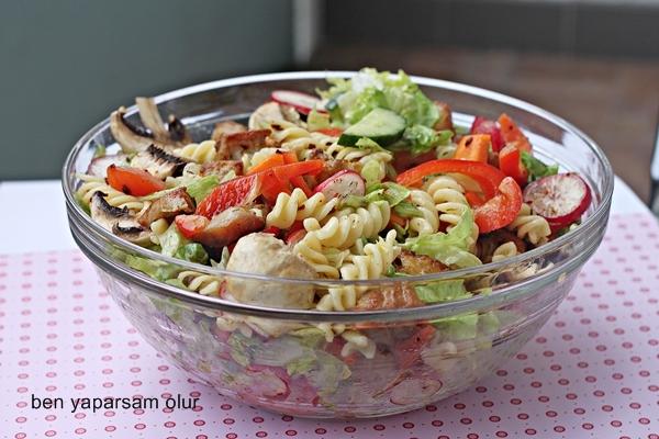 Mantarli Tavuklu Makarna Salatasi